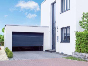Garagentore mit Motorantrieb: optisch an die Fassade angepasst
